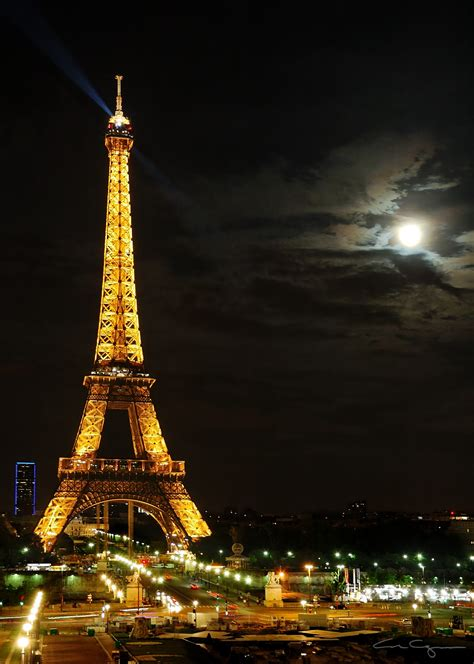1000 words for France: Eiffel Tower, moon
