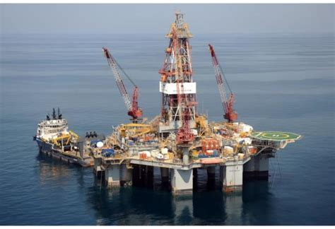 PM Ponta pays visit to Ocean Endeavour offshore drilling